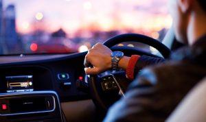พฤติกรรมที่ควรหลีกเลี่ยงและไม่ควรทำในขณะขับรถ
