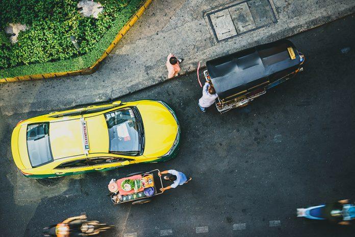 ขับรถอย่างไรให้ปลอดภัยบนถนน